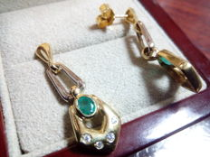Dangle earrings in 18 kt gold with emerald and zirconias.