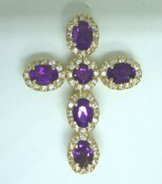 18 kt yellow gold crucifix shaped pendant with quartz and zircons. Dimensions: 3.5 x 2.7 cm