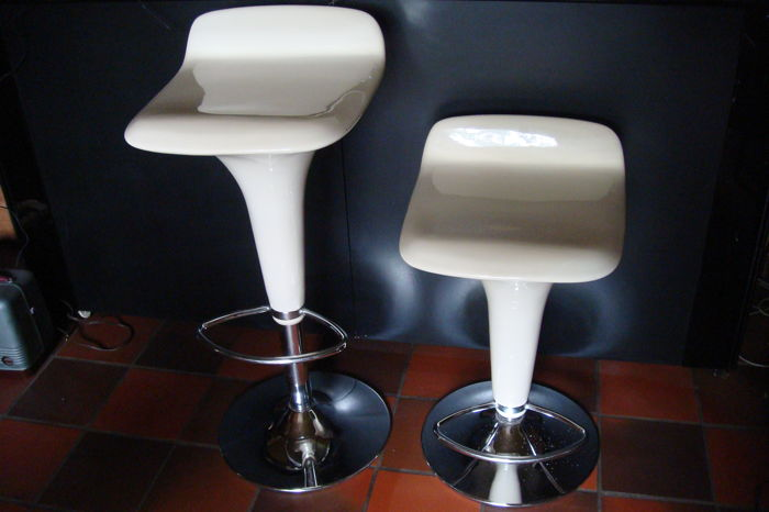Designer unknown - a pair of design adjustable bar stools with chrome base and footrest - 2nd half of the 20th century
