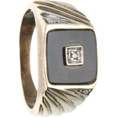 8 kt yellow gold, tooled signet ring with black onyx and 1 brilliant cut diamond of 0.01 ct in total