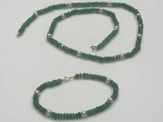 Set of Emeralds and Pearl in 18 kt gold, 49.10 and 19 cm