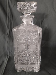 Whisky decanter made of lead crystal.