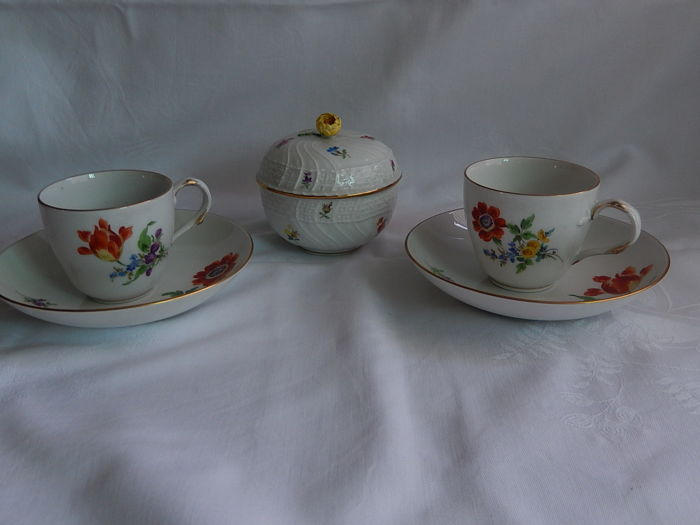 Two Meissen coffee cups and a lidded box