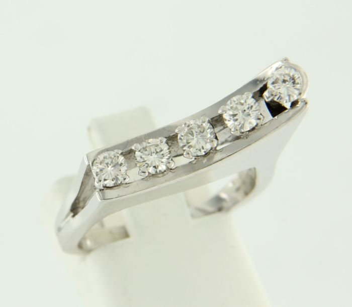 18 kt white gold ring set with five brilliant cut diamonds, ring size 16.5 (52)
