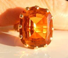 18 kt gold ring with a magnificent honey-coloured citrine