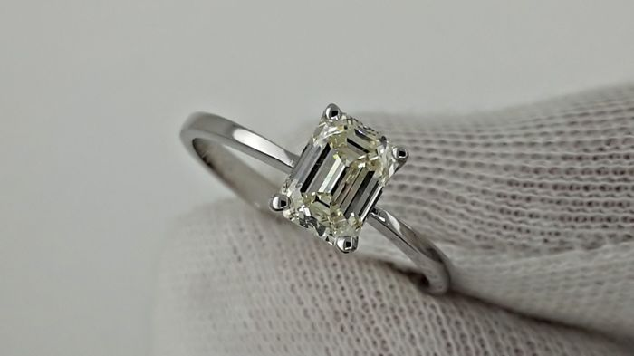 1.02 ct  VS2 emerald cut diamond ring in 14 kt white gold - size 7