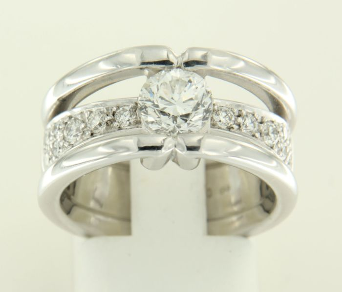 18 kt white gold ring set with fifteen brilliant cut diamonds, in total approximately 1.41 ct, ring size 17 (53)