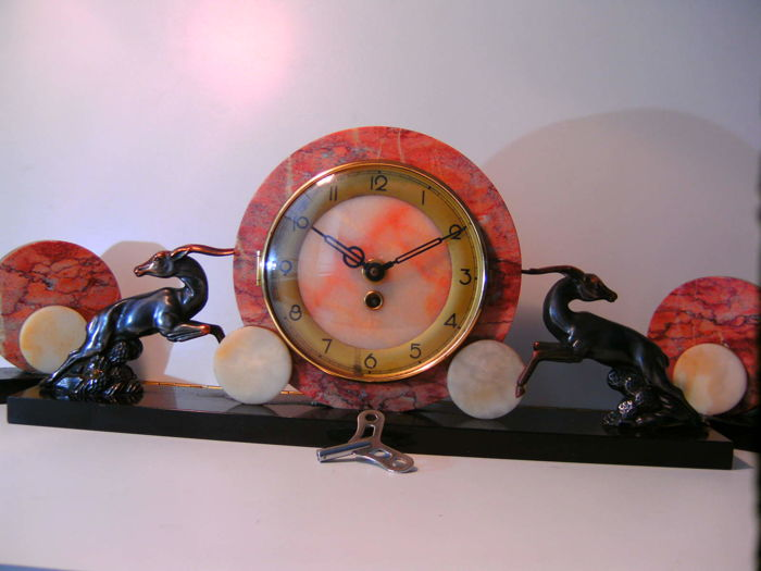 Art Deco mantelpiece clock in marble with two side ornaments on marble base
