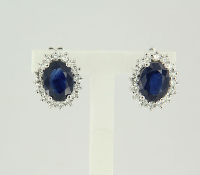 14 kt white gold ear studs set with a central sapphire and 32 brilliant cut diamonds, approx. 0.60 ct in total
