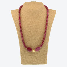 18 kt/750 yellow gold necklace with rubies and South Sea pearl – Length 59 cm.
