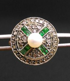 Antique style yellow gold ring with antique cut diamonds, carré cut emeralds and central pearl (4 mm)