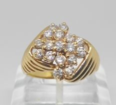 18 kt yellow gold ring with 18 diamonds