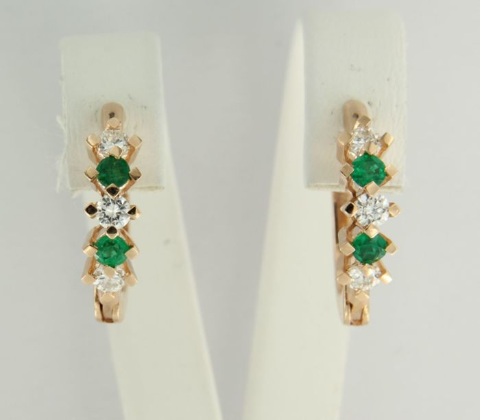 14 kt rose gold creole earrings set with four brilliant cut emeralds, 0.45 ct, and six brilliant cut diamonds, 0.65 ct – 1.9 cm long by 5.1 mm wide