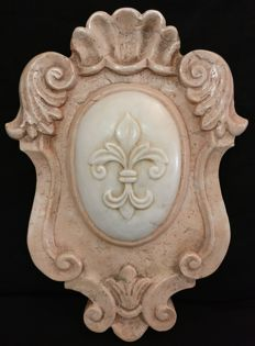 Florentine coat of arms in Portugal pink marble with central inlay in Carrara Statuary Marble, worked and carved by hand - Italy, Florence - Early 1900s