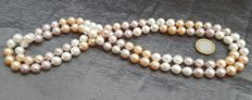 Long necklace with peach, grey and white freshwater cultured pearls measuring 11 mm - Length: 126