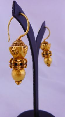 Antique 'dice cup' earrings in 22 kt gold - Gujarat, West India, early 20th Century