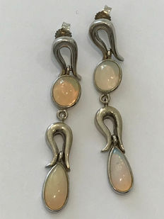 Gold earrings (18 kt) with opals - Length:  51 mm