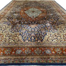 Kashmir - 276 x 182 cm - oriental rug in silk - in beautiful vintage, condition - with certificate
