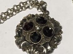 Silver jasseron necklace with pendant inlaid with garnet