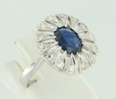******NO RESERVE PRICE******14 kt white gold ring cet with a central oval cut sapphire and 14 single cut diamonds, approx. 1.32 ct in total.