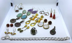 Collection of 14 pieces of jewellery in silver and various gemstones