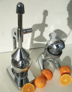 Nice Design Juicers 2 x chrome plated / metal.