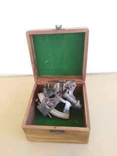 Antique working sextant in brass, with box. Kelvin & Hughes, London. Late 20th century