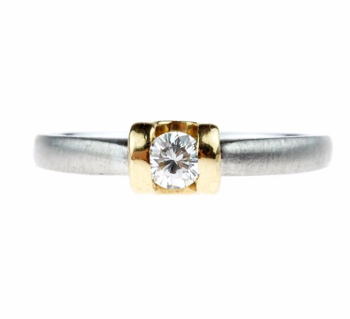 Platinum solitaire ring with brilliant cut diamond of 0.15 ct in a gold setting - ring size 16