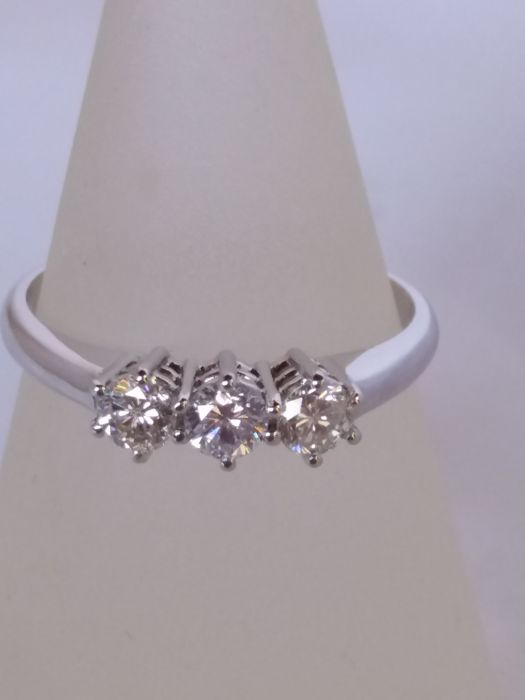 Trilogy ring with brilliant cut diamonds, 0.45 ct, colour I, clarity VS1