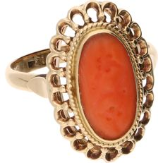 14 kt - Yellow gold ring set with a carved precious coral in an elegant setting - Ring size: 17.75 mm