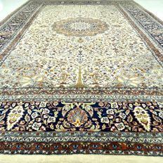 "Lahore - 284 x 187 cm - ""Finely knotted oriental carpet in beautiful condition"" - With certificate."