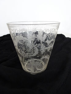 Grapes rinsing glass with fine engraving work