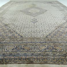 Maud - 350 x 251 cm - 'Oriental carpet in modern colours with rich gloss - In beautiful condition' - With certificate.