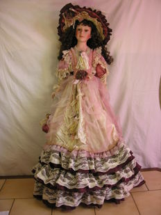 Very large beautiful porcelain doll/ lady, fully clothed with lots of accessories - 2nd half of the 20th century - 91 cm in size