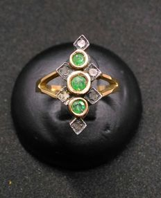 Women's ring, model: Spool ring with emeralds and diamonds