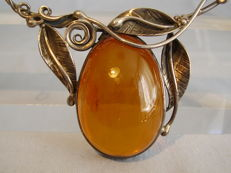 Large amber necklace with oval honey amber weighing approx. 35 ct, handmade circa 1925/30