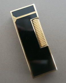 Dunhill lighter, dark blue lacquer on guilded bronze.