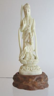 Ivory of a woman Priest, signed to the base - Japan - ca. 1900 (Meiji period)