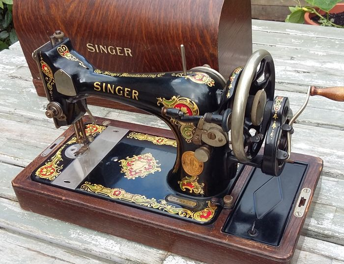 Decorative manual sewing machine Singer 128K with cover, instruction manual and additional parts, 1931