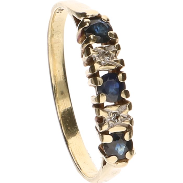 14 kt yellow gold ring set with sapphire and 2 brilliant cut diamonds of approx. 0.005 ct each - Ring size: 18.5 mm