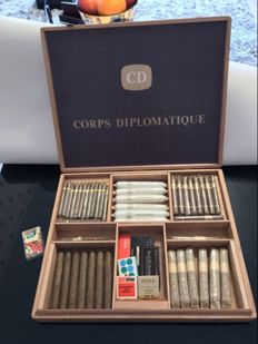 Very large commemorative box of cigars of all kinds of the superb Corps Diplomatique!