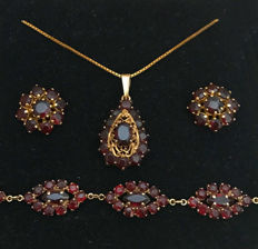 Traditional jewellery set: Necklace, earrings, bracelet with Bohemian garnet made of 333/8kt gold, circa 1900