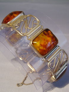Designer bracelet with honey amber weighing a total of 40 ct, circa 1940