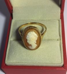 Cocktail ring in 18 kt (750/000) gold with a genuine cameo **1950/1960**