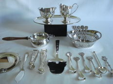 Various silver plated items from Schoonhoven: HH Herbert Hooijkaas, cream set, tea strainer, tea spoons, cake server. Keltum bonbon dish and butter knife.