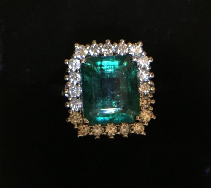 18 kt white gold ring with 3.28 ct emerald and diamonds totalling 0.66 ct (VS/SI - F/G)