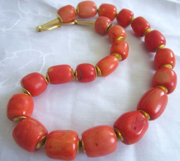 Antique necklace made of genuine coral stones in salmon-red colours. *no reserve price*