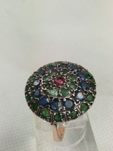 """Button"" ring from the early 1900s, in gold with emeralds, sapphires, and ruby"