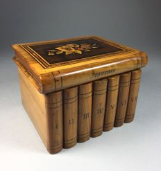 Walnut Sorrento jewellery box with floral inlay - Italy - late 19th century
