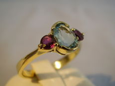 14 karat gold ring with a genuine blue topaz (1 ct) and two natural rubies (0.40 ct)